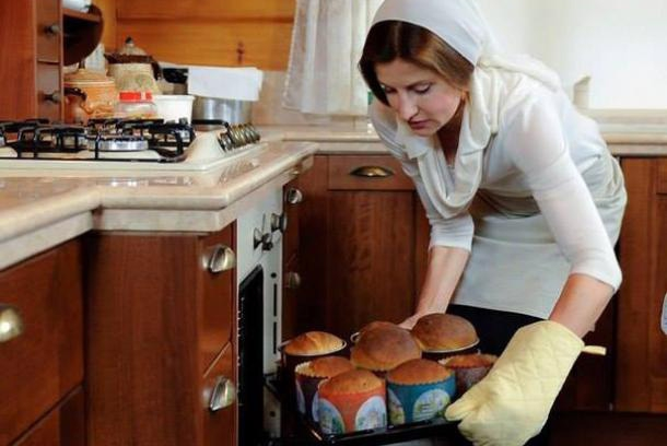 Marina Poroshenko, the wife of Ukraines president, baked Easter Bread and shared her recipe on her husband's Facebook page.